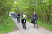 Klimaschutzmanagerin Anne Kampert (vorne rechts) zeigte der Gruppe mit Unterstützung von ADFC Mitglied Bernd Buss (vorne links) Nordhorns Grünes Radverkehrsnetz. Foto: Stadt Nordhorn