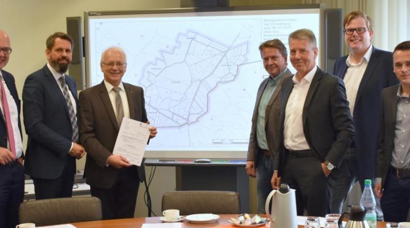 1,8 Mio. Euro für das Naturschutzgebiet Gildehauser Venn: Minister Olaf Lies (2. v.l.) überreicht Landrat Friedrich Kethorn (3. v.l.) den Bescheid. Foto: Landkreis Grafschaft Bentheim