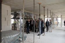 Die Mitglieder des Kreisausschusses machten sich ein Bild von den Bauarbeiten am Kreishaus III. Auf dem Foto zu sehen ist das Erdgeschoss des Neubaus. (Foto: Landkreis Emsland)