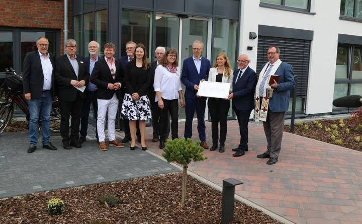 Betreiber und Ehrengäste bei der offiziellen Eröffnung des Seniorenzentrums in Osterbrock Foto: Peter Kramer