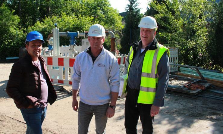 Die Pumpstation am Bolwinsweg wird nun durch die Stadt saniert. Gemeinsam nehmen (von links) Martin Daron von der Stadt Papenburg, Willibald de Vries (Ingenieurbüro Born und Ermel) und Robert Wessels (Sievers Bauunternehmen) die Aufgabe in Angriff. Foto: Stadt Papenburg