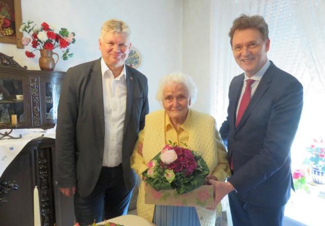 Lingens Oberbürgermeister Dieter Krone (rechts) und Stellvertretender Landrat Klaus Prekel gratulierten der gebürtigen Lingenerin Ida Standop zu ihrem 100. Geburtstag. Foto: Stadt Lingen