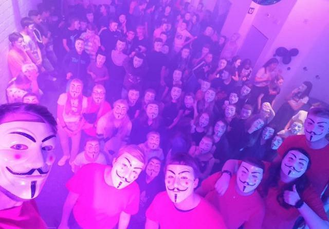 ie Party-Crew (von links: Hendrik Jongebloed, Tomke Polinski, Philipp-Markus Lüttecke, Jessica Hemmen, Kyra Müller und Max Christ) hatte viel Spaß bei der Anonymus-Party. Foto: Jugendzentrum Papenburg