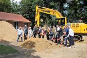 Zum symbolischen erste Spatenstich versammelten sich alle Akteure an der Baustelle am Emsland Archäologie Museum, wo der Spiegelbau entstehen wird. (Foto: Landkreis Emsland)