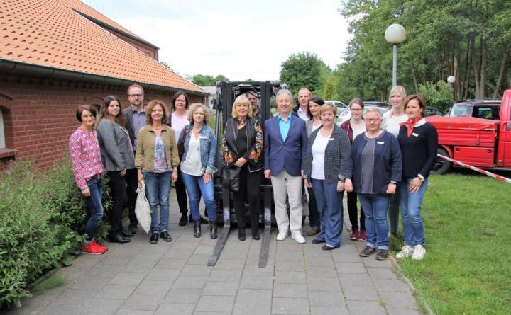 Zu einem Aktionstag für Alleinerziehende luden jetzt Vertreterinnen und Vertreter des Jobcenters Landkreis Emsland sowie verschiedener Weiterbildungsträger der Region in die HÖB nach Papenburg ein. (Foto: Landkreis Emsland)