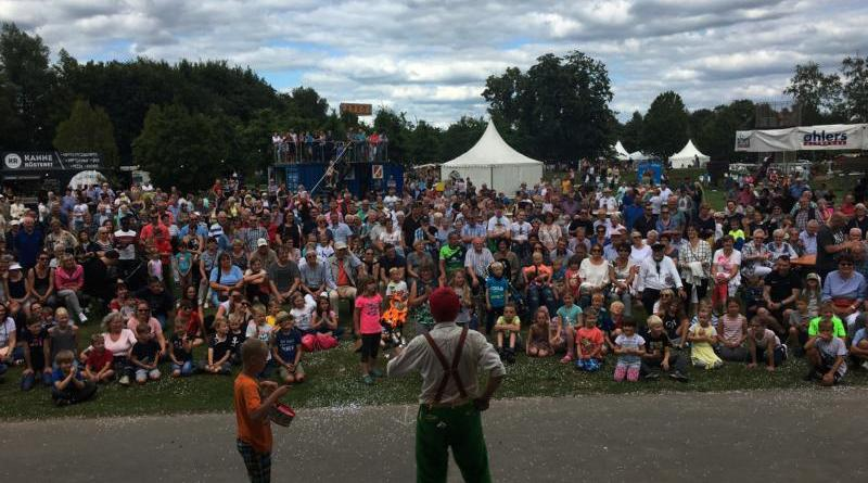 Hunderte Besucher waren am Sonntagnachmittag auch bei der Show von Christoph Engels vor der Hauptbühne. Insgesamt besuchten an diesem Tag rund 17.000 Menschen die Blumenschau im Stadtpark. Foto: Stadt Papenburg