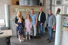 Familie Haradinaj führte Wilhelm Gößling (links) und Klaus Keller (rechts) durch die neu gestalteten Räumlichkeiten ihrer Pizzeria. An der linken Seite des Gebäudes befinden sich die sanierten und barrierefrei ausgebauten, öffentlichen Toiletten. Foto: Stadt Meppen