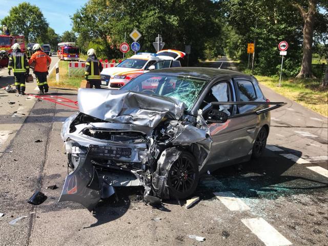 Schwerer Verkehrsunfall auf der Wietmarscher Straße - Eine Person schwer- und eine Person leichtverletzt in die Klinik - Foto: Feuerwehr Nordhorn