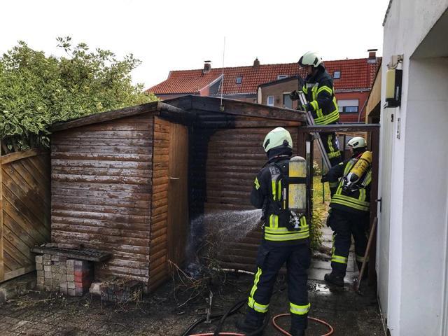 Geräteschuppen bei Abflammarbeiten beschädigt - Feuerwehr Nordhorn unterstützt Lohner Feuerwehr am Freitag - Foto: Feuerwehr Nordhorn - Holger Schmalfuß
