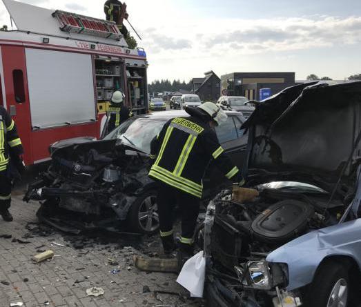 Feuerwehr Dörpen bindet nach Verkehrsunfall auslaufende Betriebsstoffe auf der Rägertstraße - Foto:_ Samtgemeinde Dörpen / Feuerwehr