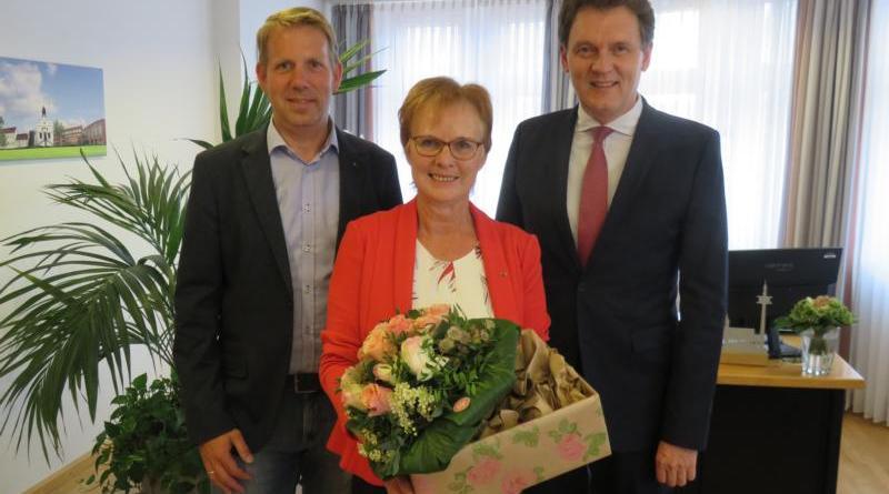Oberbürgermeister Dieter Krone (rechts) und Ortsbürgermeister Dieter Krieger gratulierten Agnes Witschen zur Auszeichnung mit dem Verdienstkreuz 1. Klasse des Niedersächsischen Verdienstordens. Foto: Stadt Lingen