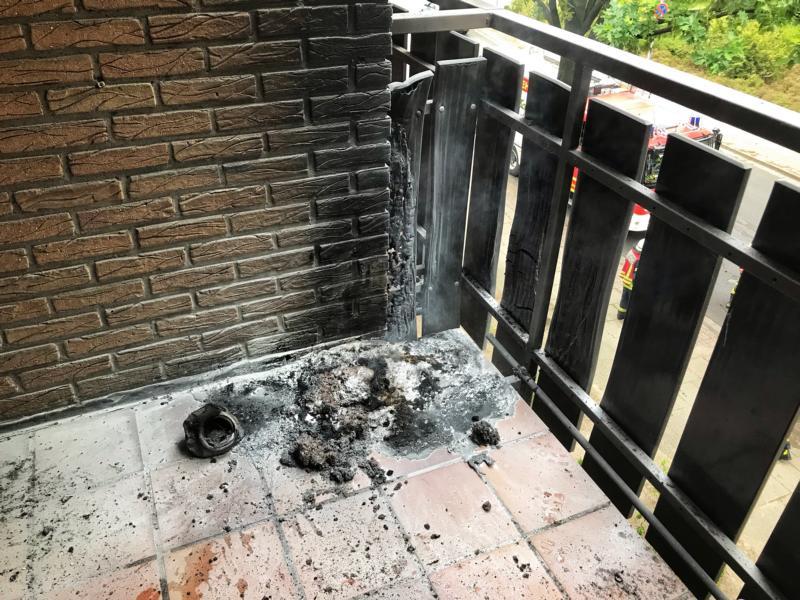 Feuer auf Balkon durch Polizei schnell gelöscht - Erneut Heckenbrand in der Nacht auf Sonntag auf der Blanke - Foto: Holger Schmalfuß, Feuerwehr Nordhorn