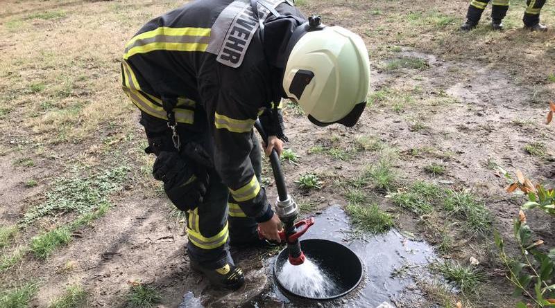 Dunkler Rauch steigt von Grundschule am Roggenkamp auf - Feuerwehr hat Brand schnell gelöscht – - Foto: Holger Schmalfuß, Feuerwehr Nordhorn