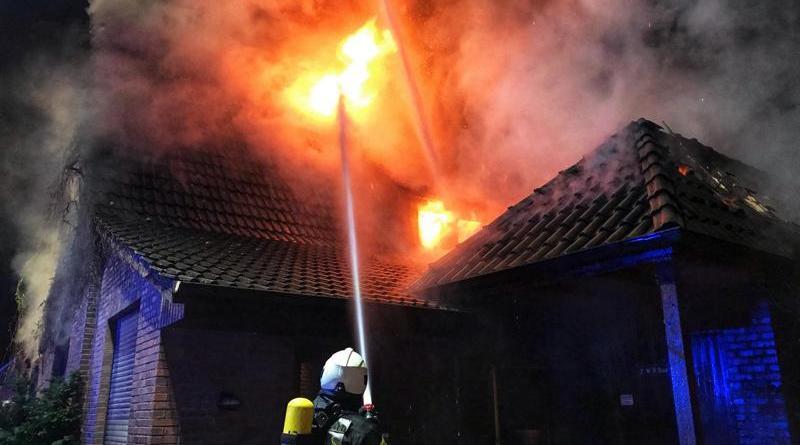 Wohnhaus in Bookholt brennt völlig aus - Bewohner mit Rettungsdienst in Klinik – Löscheinsatz bis in die Morgenstunden - Foto: Holger Schmalfuß, Feuerwehr Nordhorn