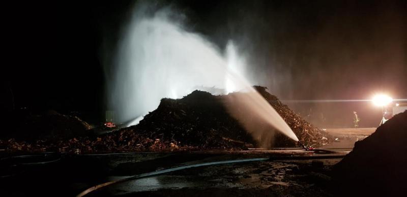 Surwold - Holzhaufen Rohrinde in Brand - Foto: Torsten Stindt