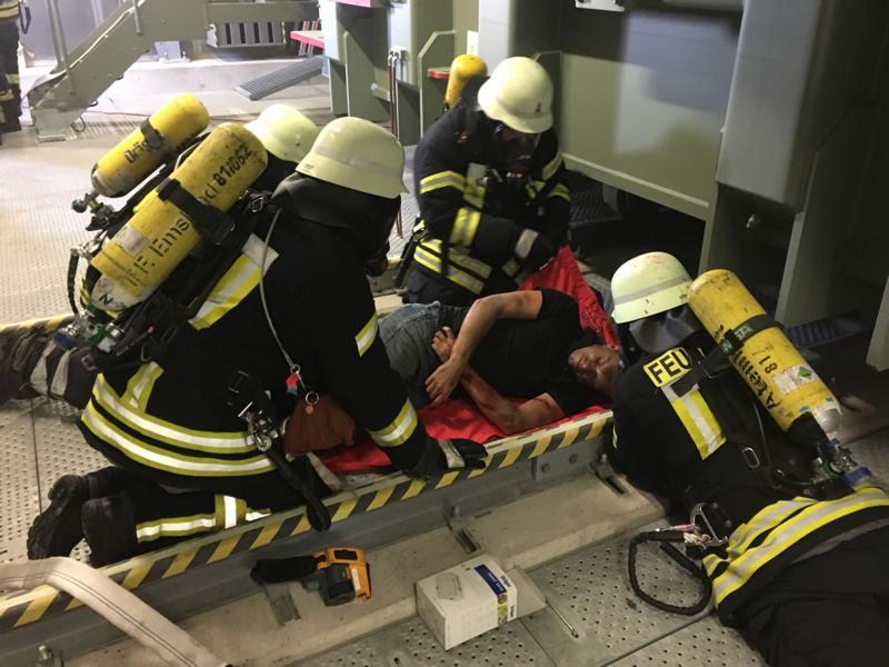 Mit Umluft unabhängigen Atemschutz drangen mehrere Trupps in das Gebäude vor um die Personen zu retten. Foto: SG Dörpen - Feuerwehr