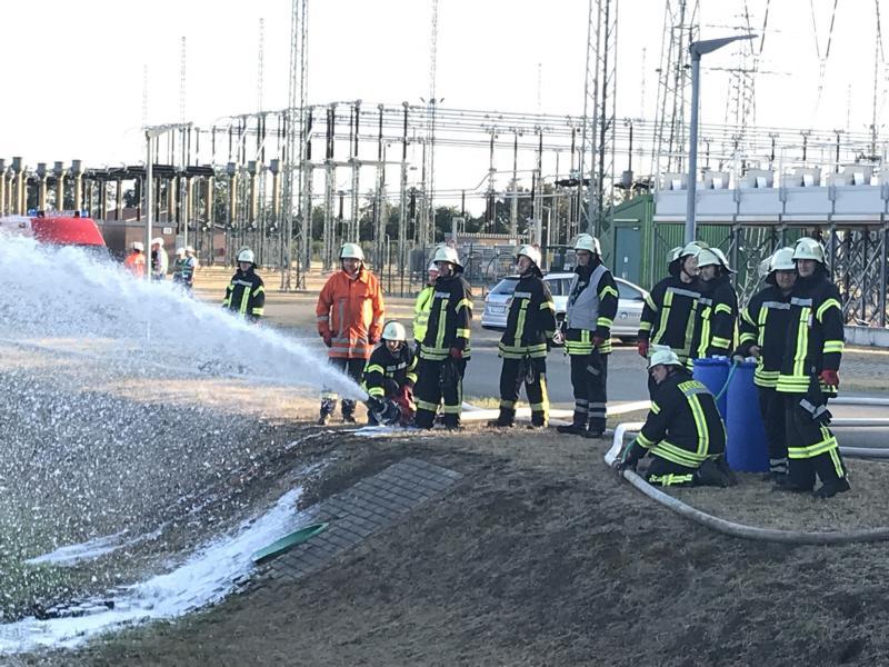 Mit Hilfe von Schaumwerfern gelang es den Einsatzkräften das Öl vor dem Feuer zu schützen. Foto: SG Dörpen - Feuerwehr