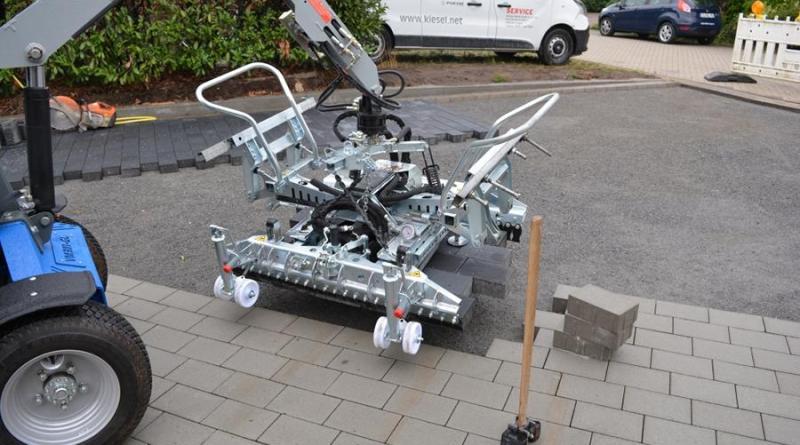 E-Pflastermaschine im Baugebiet Eschkamp vorgestellt - Foto: Jacqueline Woller