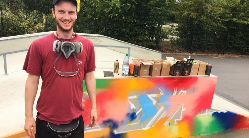 """Graffiti-Künstler Jannes Krühsel, alias """"AMOB"""", vor seinem Kunstwerk an der Skateanlage. Foto: Stadt Meppen"""