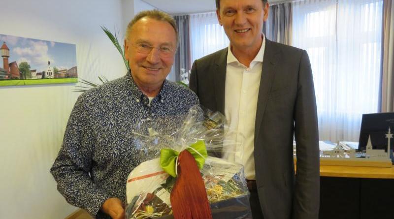 Oberbürgermeister Dieter Krone (re.) dankte Günther Mross (li.) für seine rund 1200 Auftritte als Lingener Weihnachtsmann. Foto: Stadt Lingen