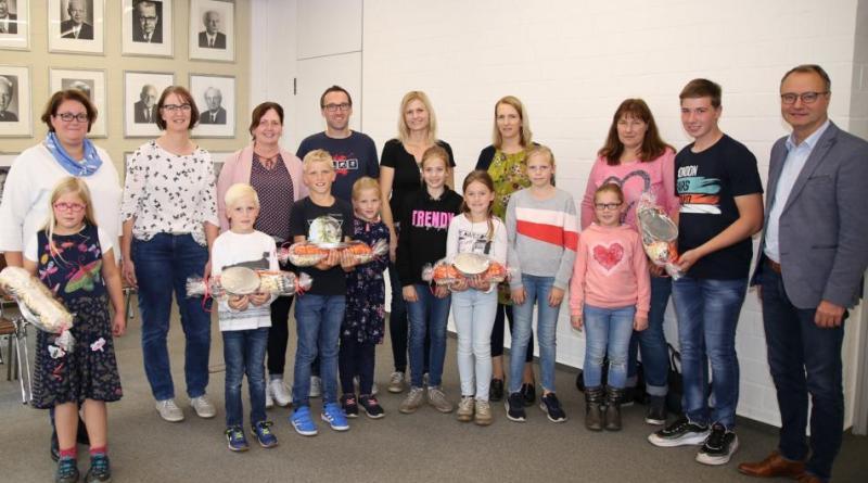Schnitzeljagd: Ihre Preise konnten die Gewinner des Ferienpassrätsels im Harener Rathaus aus den Händen von Bürgermeister Markus Honnigfort (rechts im Bild) entgegennehmen. Foto: Stadt Haren