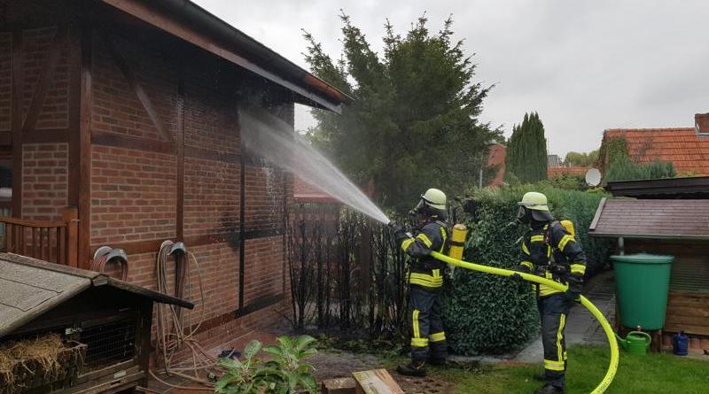 Neuenhaus - Heckenbrand an der Teichstrasse - Foto: Feuerwehr Neuenhaus