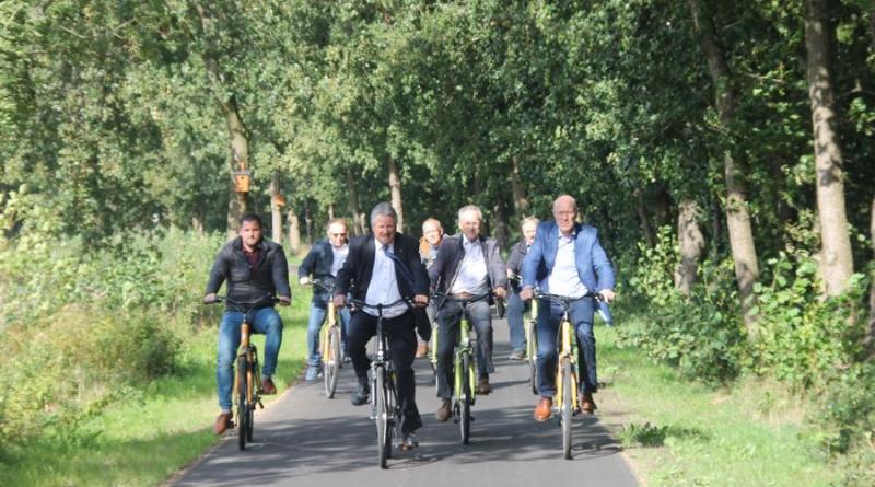 Das neue Teilstück wurde vor Ort mit den Fahrrädern abgenommen. (Foto: Landkreis Emsland)