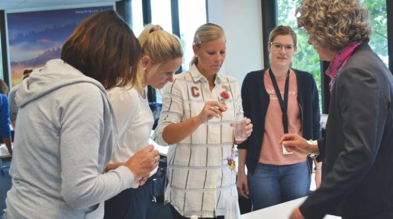 """Grundschullehrkräfte experimentieren mit """"Kunos cooler Kunststoff-Kiste"""" - Foto: Landkreis Emsland"""