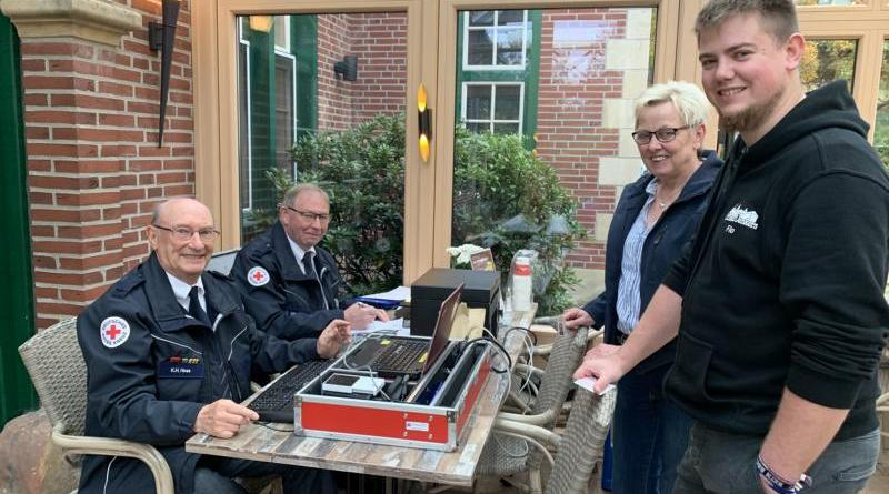 Erst registrieren, dann spenden: Karlheinz Hess und Heinz Bernd Diek (v.l.) vom DRK-Ortsverein mit Blutspendern in der Deele des Ferienzentrums. Foto: Stadt Haren