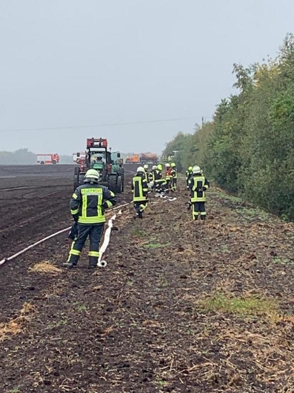 Große Kraftanstrengung erforderte der Einsatz auf dem Moorboden von den Feuerwehrkräften. Foto: Lambert Brand