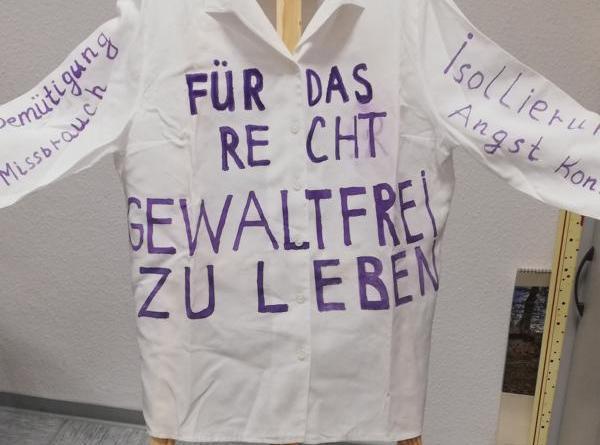 Frauen, die Opfer häuslicher Gewalt geworden sind, bringen ihre Gefühle – auf von ihnen beschrifteten Blusen - zum Ausdruck und erklären ihre Sichtweise auf das Erlebte und die Täter. Foto: Stadt Meppen