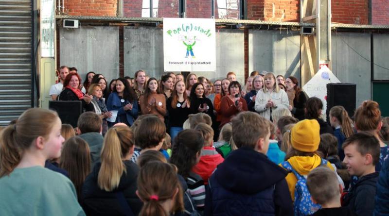 Begrüßt wurden die Jungen und Mädchen von den Schülerinnen und Schülern der Fachschule Sozialpädagogik der Berufsbildenden Schulen in Papenburg. Foto: Stadt Papenburg