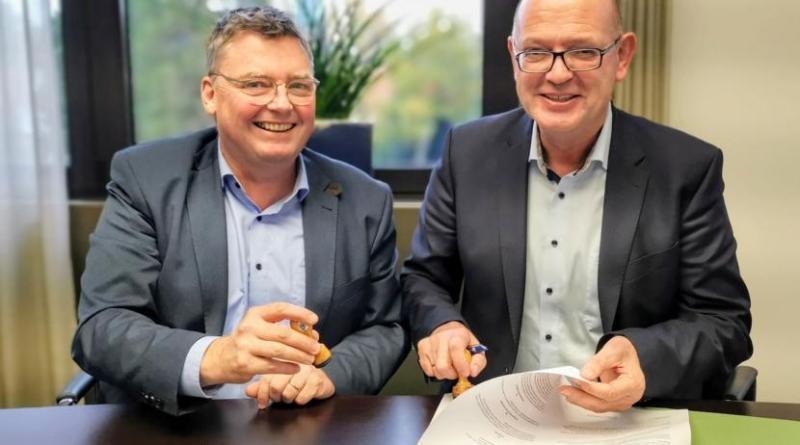 Entspannte Vertragsunterzeichnung: Bürgermeister Thomas Berling und Landrat Uwe Fietzek. Foto: Landkreis Grafschaft Bentheim