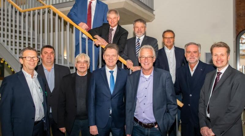 Erfahrungsaustausch in Lingen: Zur Oberbürgermeisterkonferenz des Niedersächsischen Städtetages begrüßte Lingens Oberbürgermeister Dieter Krone (vordere Reihe, 4.v.l.) seine Amtskollegen im IT-Zentrum (Foto: Helmut Kramer).