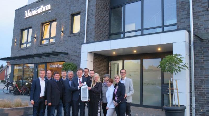"""Gleich fünf Unternehmen sind in dem neuen Wohn- und Geschäftshaus """"Carré"""" an der Haselünner Straße ansässig. Oberbürgermeister Dieter Krone (6.v.l.) gratulierte allen Beteiligten zur Neueröffnung. Foto: Stadt Lingen"""