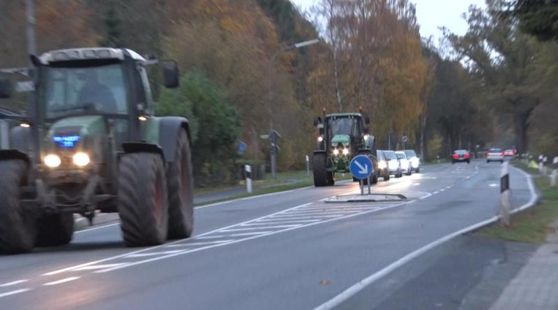 Emsland/Grafschaft Bentheim - Trecker Korsos beeinträchtigen Verkehr - auch Einschränkungen des Feierabendverkehrs erwartet - Foto: NordNews.de Landwirt