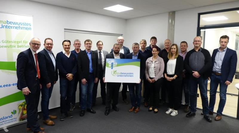 Über die erfolgreiche Auszeichnung freuen sich die Unternehmen sowie Vertreter der Energieeffizienzagentur Landkreis Emsland.(Foto: Landkreis Emsland)