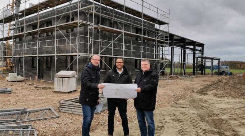 Unternehmer Serge Veith (Mitte) präsentiert Bürgermeister Thomas Berling (rechts) und Wirtschaftsförderer Karsten Müller die Pläne für seinen zukünftigen Firmensitz an der Karl-Braun-Straße. Foto: Stadt Nordhorn