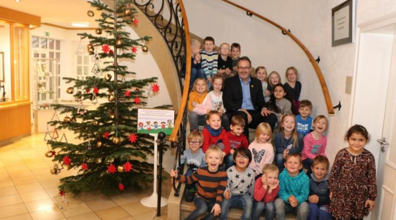 Durchweg zufriedene Gesichter nach getaner Arbeit bei den Kids der Kita Arche Noah. Bürgermeister Helmut Knurbein lobte die Jungen und Mädchen für das weihnachtliche Werk und: Stadt Meppen