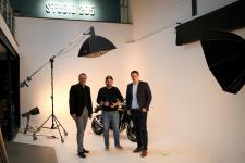 """Bei dem Besuch von Bürgermeister Helmut Knurbein (links) und Wirtschaftsförderer Alexander Kassner (rechts) in seinem """"Studio 205"""" stand Lars Schröer (Mitte) ausnahmsweise vor der Kamera. Foto: Stadt Meppen"""