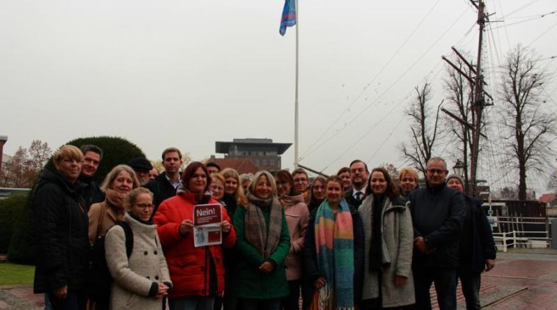 """Auch in diesem Jahr trafen sich wieder zahlreiche Vertreter verschiedener Organisationen am internationalen Tag gegen Gewalt an Frauen vor dem Papenburger Rathaus um traditionell die Flagge von """"Terre des femmes"""" zu hissen. Foto: Stadt Papenburg"""
