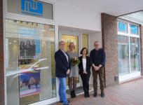 Citymanager Andreas Löpker (links) gratulierte (v.l.) Gaby Egbers, Sonja Eder und Michael Giese zum 15-jährigen Jubiläum der Medienwerkstatt und zum erfolgreichen Umzug. Foto: Stadt Lingen