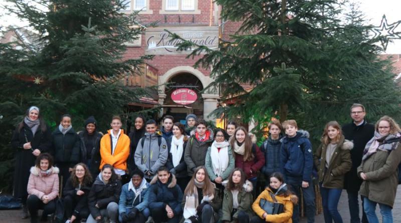 Bei einem Besuch im historischen Ratssaal bewunderten die 22 französischen Schülerinnen und Schüler den funkelnden Rathauswald auf dem Meppener Weihnachtsmarkt. Foto: Stadt Meppen