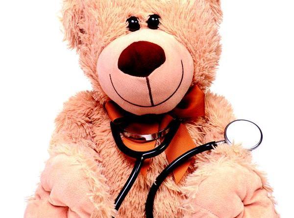 Medizinstudenten versorgen Kuscheltiere im Teddybär-Krankenhaus