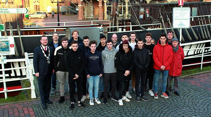 Am Mittwochnachmittag begrüßte Papenburgs Bürgermeister Jan Peter Bechtluft (links) die Austauschschüler aus dem französischen La Rochelle in Papenburg. Foto: Stadt Papenburg
