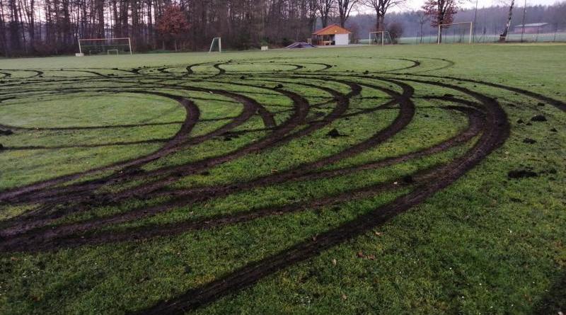 Bawinkel - Rasenfläche des Sportplatzes am Bramweg beschädigt - Foto: NordNews.de