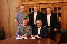 Am Dienstagvormittag unterzeichnen Bürgermeister Jan Peter Bechtluft gemeinsam mit EWE NETZ-Geschäftsführer Hans-Joachim Iken (sitzend von links) die Wegenutzungsverträge für die nächsten 20 Jahre. Bild: Stadt Papenburg, Karin Evering