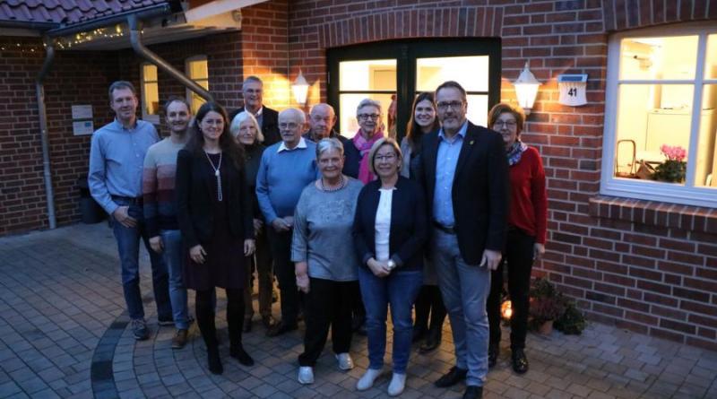 Sichtlich zufrieden zeigten sich die Beteiligten auf der Abschlussveranstaltung der Dorfentwicklung Schwefingen. Foto: Stadt Meppen