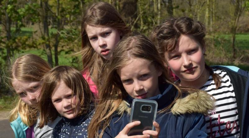 Die Umweltdetektive beim Observieren einer verdächtigen Frau. Ob sie die Täterin ist? (v.l.n.r.: Milena Koop, Giulia Dillmann, Sarah Gouterney, Milena Dillmann, Anje Hunfeld). Foto: Stadt Papenburg
