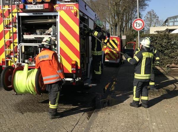 Einsatzstelle Oelwall am Montag. Die Anfahrt erfolgte über den Wagenhorst. Ein Schlauch wird zur Brandbekämpfung vorgenommen. Foto: Feuerwehr Neuenhaus
